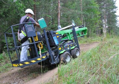 Leguan-125-4wd-sherry-picker-on-offroad-and-hill
